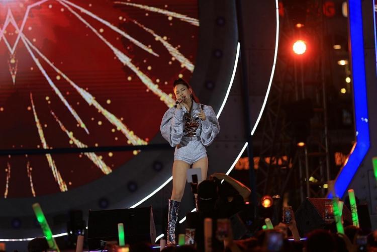 Đừng ai đòi Chi Pu hát live nữa, ra mà xem cô nàng thì thào Anh ơi ở lại hụt hơi như sắp ngất đến nơi rồi đây này!-1
