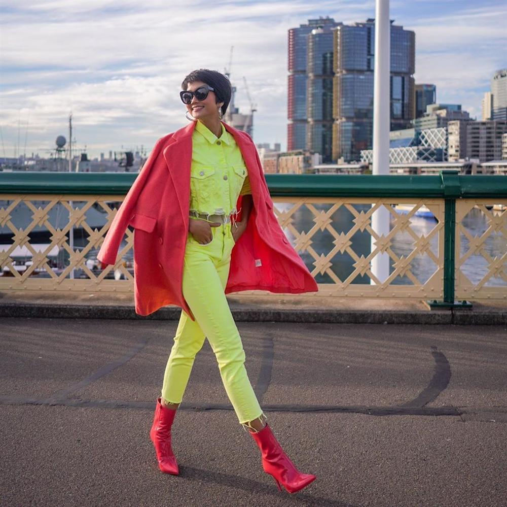 Bản tin Hoa hậu Hoàn vũ 1/6: HHen Niê lên đồ neon xuất sắc chặt đẹp hội bạn cũ không chừa một ai-1