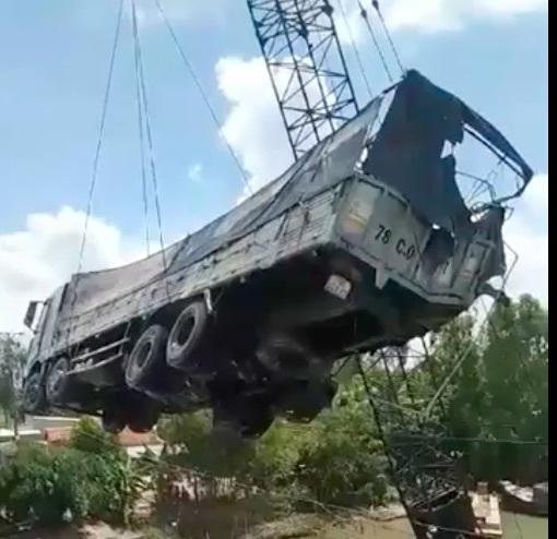 Clip: Cần cẩu gãy đôi, đổ sập khi đang vớt xe tải trong vụ sập cầu ở Đồng Tháp-1