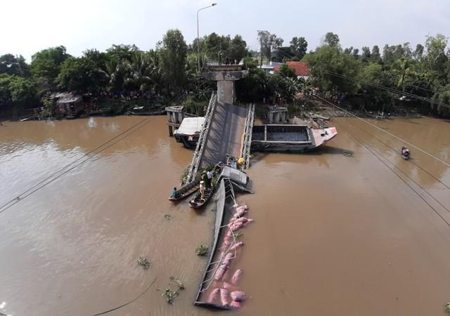 Clip: Cần cẩu gãy đôi, đổ sập khi đang vớt xe tải trong vụ sập cầu ở Đồng Tháp-3
