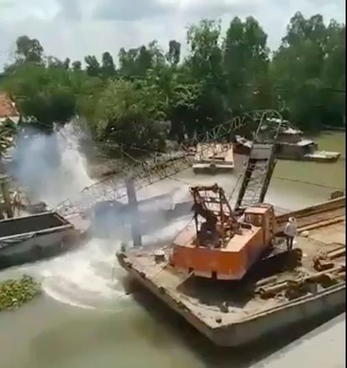Clip: Cần cẩu gãy đôi, đổ sập khi đang vớt xe tải trong vụ sập cầu ở Đồng Tháp-2
