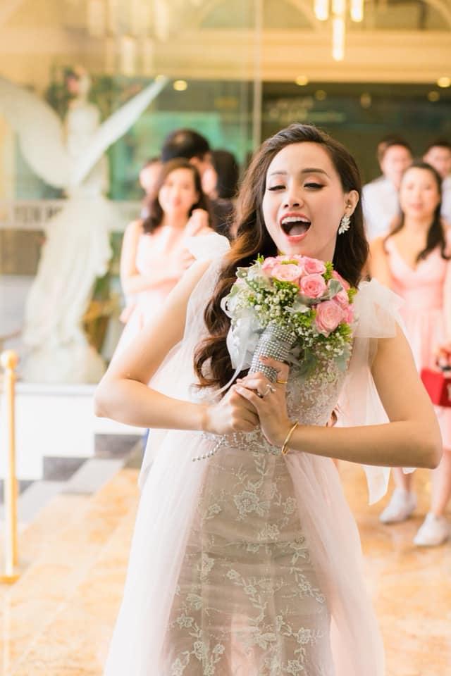 Chuyện giờ mới kể về đám cưới nữ MC xinh đẹp và bạn trai hotboy: Cô dâu - chú rể quẩy bung sân khấu cùng khách mời-1
