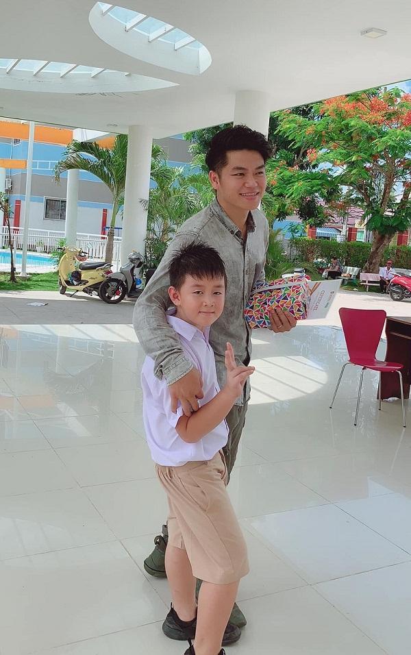 Con trai Lê Phương - Quách Ngọc Ngoan yêu thương cha dượng trẻ tuổi không khác gì cha đẻ-5