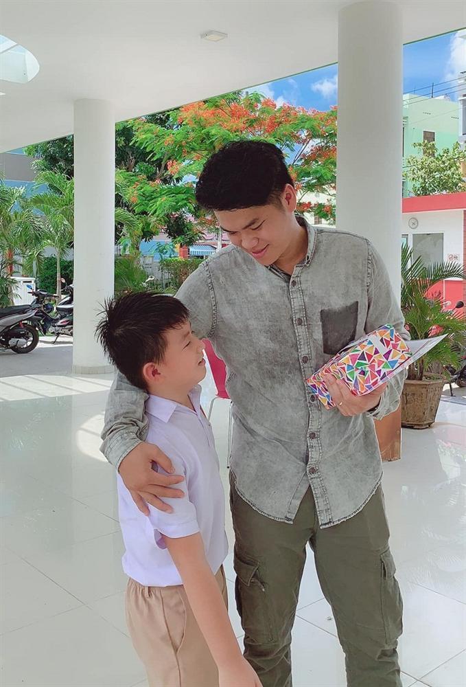 Con trai Lê Phương - Quách Ngọc Ngoan yêu thương cha dượng trẻ tuổi không khác gì cha đẻ-4
