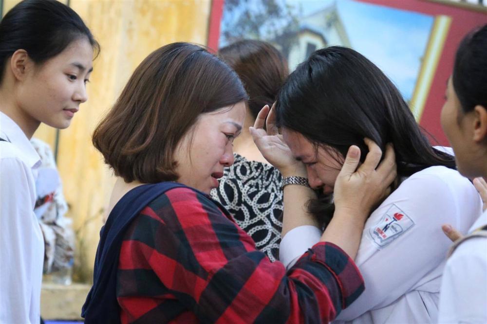 Mẹ con ôm nhau khóc sau giờ thi toán lớp 10 ở Hà Nội-2