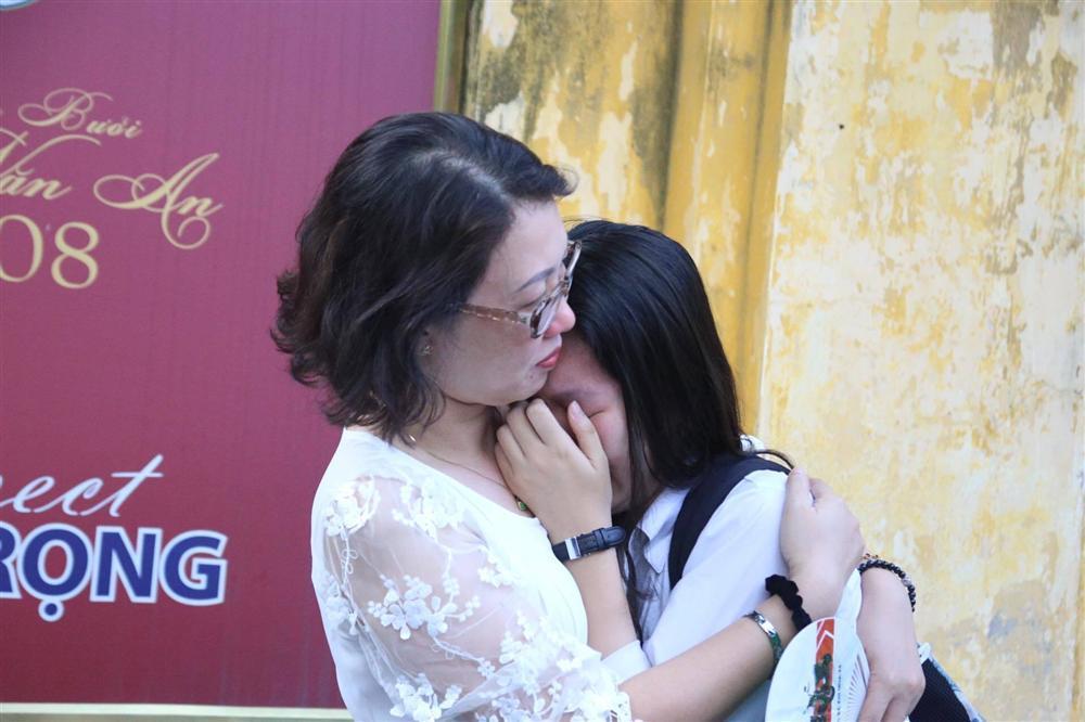 Mẹ con ôm nhau khóc sau giờ thi toán lớp 10 ở Hà Nội-3