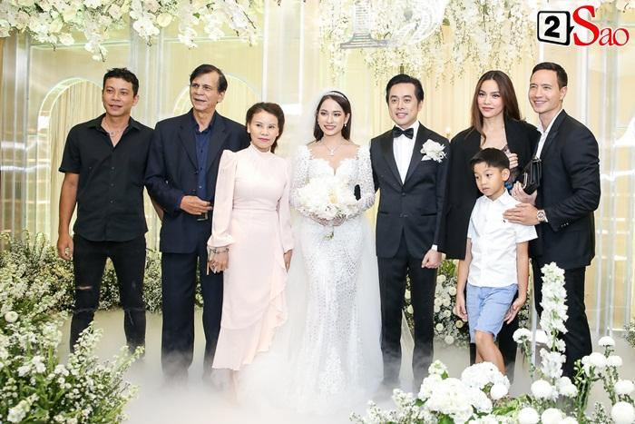 Thời đại 4.0: Vừa kín đáo dự đám cưới Dương Khắc Linh, 2 tiếng sau Hồ Ngọc Hà đã biến hóa sexy hết cỡ đi hát-1