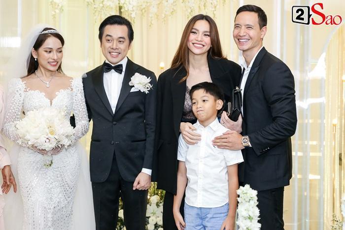 Thời đại 4.0: Vừa kín đáo dự đám cưới Dương Khắc Linh, 2 tiếng sau Hồ Ngọc Hà đã biến hóa sexy hết cỡ đi hát-2