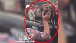 Clip: Vợ chặn đầu ô tô, cầm gạch đập lia lịa vào xe vì bắt gặp chồng đi bồ bịch
