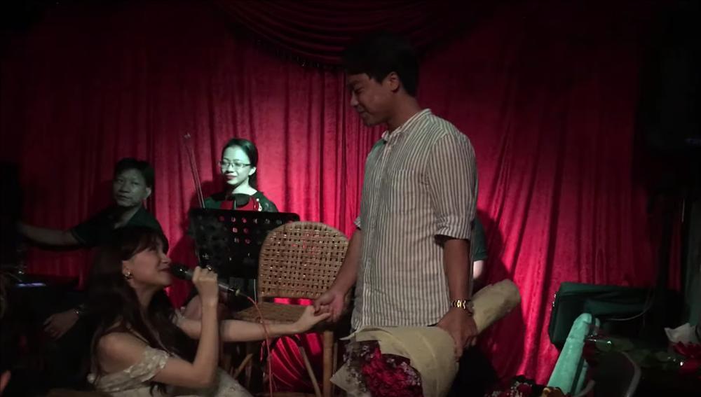 Bất Ngờ Chưa: Hòa Minzy quỳ gối cầu hôn bạn trai nhân kỷ niệm 2 năm yêu nhau-2