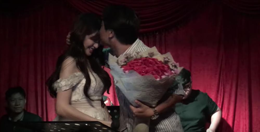 Bất Ngờ Chưa: Hòa Minzy quỳ gối cầu hôn bạn trai nhân kỷ niệm 2 năm yêu nhau-3