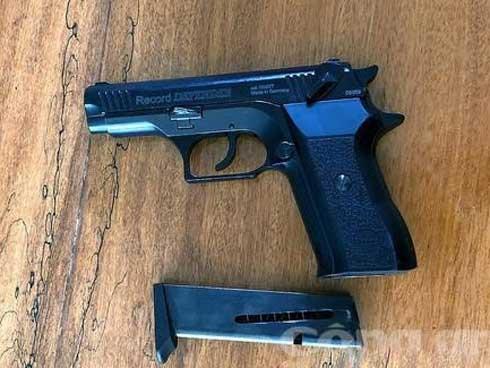 Chê tiền bo ít, nữ tiếp viên gọi bạn mang súng đến xử khách-1