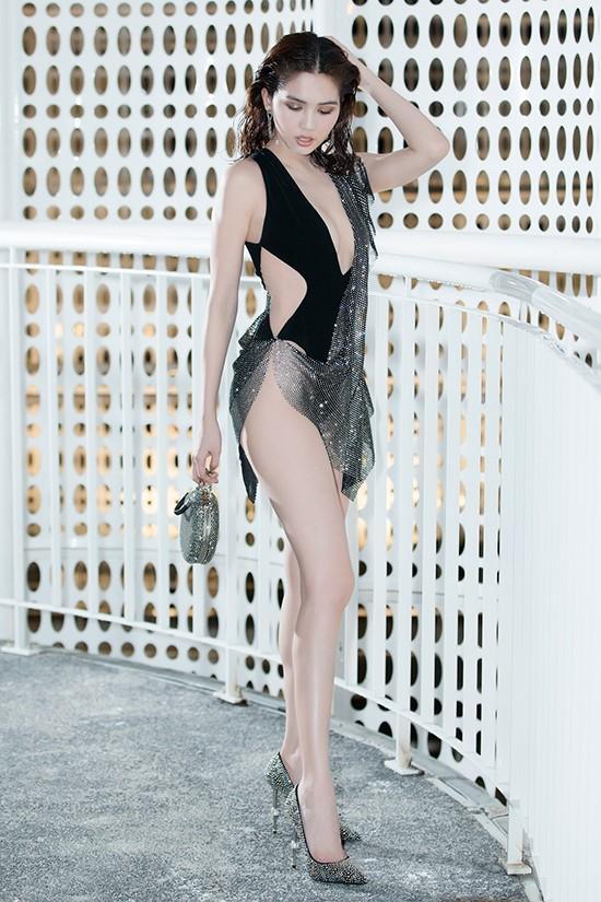 Ngoài bộ cánh như bikini của Ngọc Trinh, show Đỗ Long còn hội tụ những pha lên đồ thảm họa và táo bạo hơn thế-2