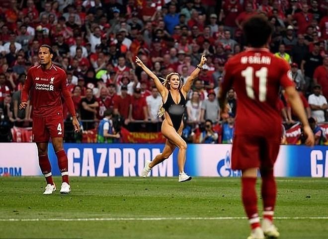 Nữ người mẫu mặc bikini lao vào sân để quảng bá web khiêu dâm của bạn trai trong trận chung kết C1-1