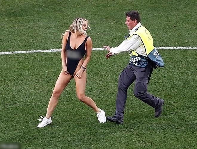 Nữ người mẫu mặc bikini lao vào sân để quảng bá web khiêu dâm của bạn trai trong trận chung kết C1-2