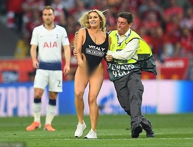 Nữ người mẫu mặc bikini lao vào sân để quảng bá web khiêu dâm của bạn trai trong trận chung kết C1-3