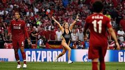 Nữ người mẫu mặc bikini lao vào sân để quảng bá web khiêu dâm của bạn trai trong trận chung kết C1