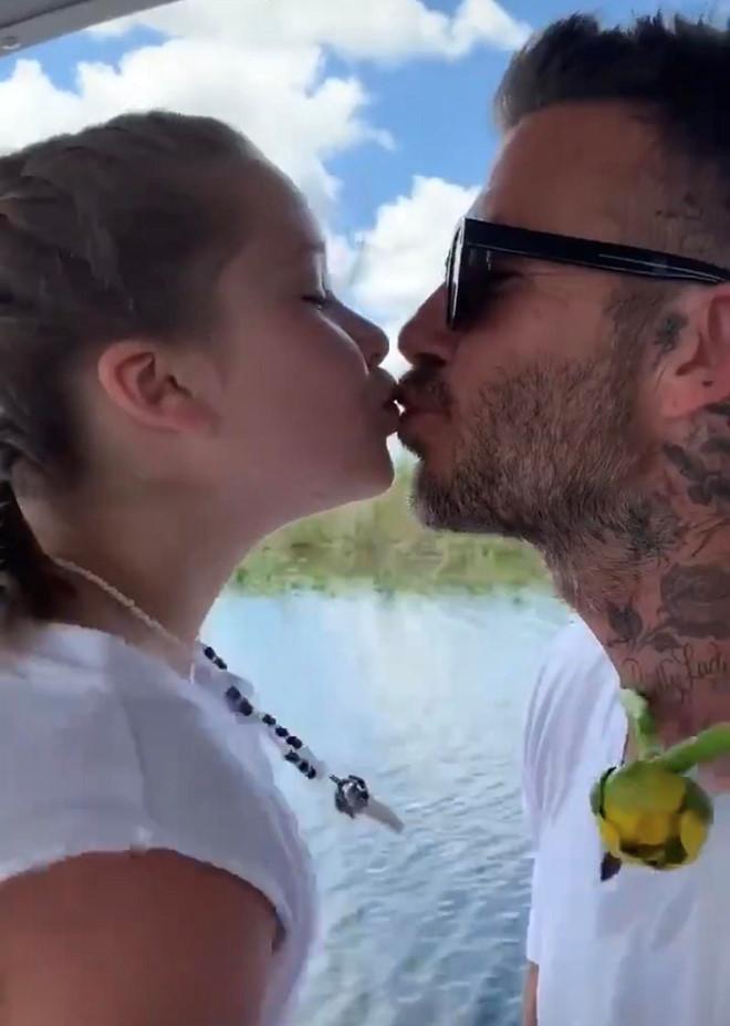 David Beckham tiếp tục hôn môi con gái mặc tranh cãi-1