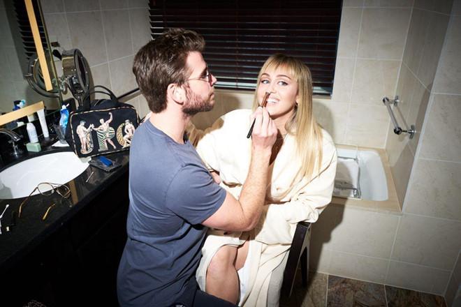 Miley Cyrus bị fan cuồng tấn công, ôm hôn thô bạo trên phố-2