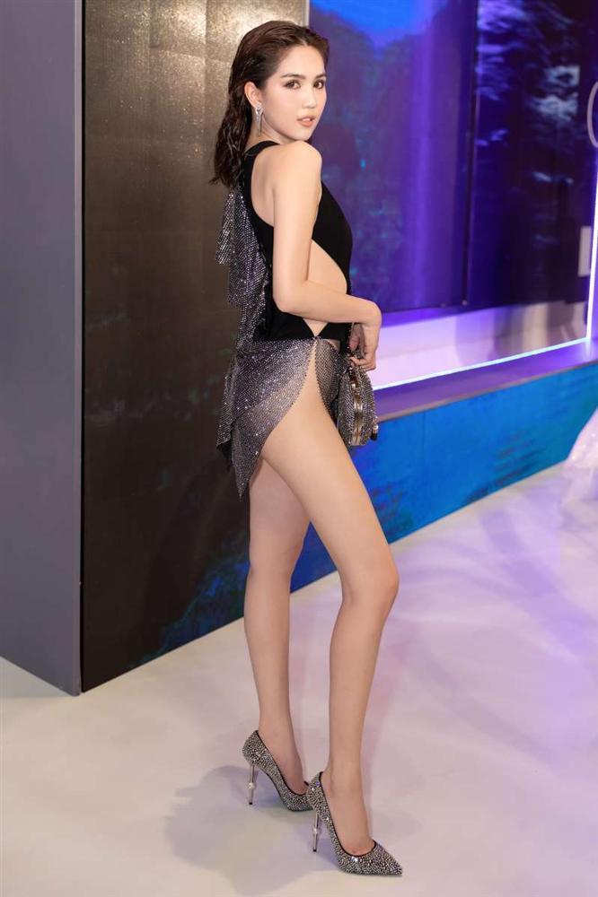 Cũng mặc bikini quấn khăn mỏng tang lên thảm đỏ, Linh Chi ve vuốt Ngọc Trinh: Mặc kệ những đứa đánh giá chúng mình-3
