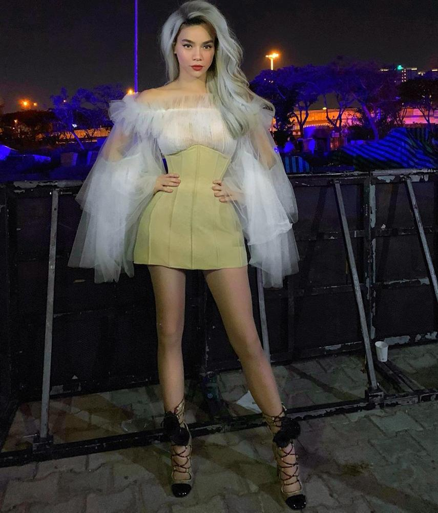 Thời đại 4.0: Vừa kín đáo dự đám cưới Dương Khắc Linh, 2 tiếng sau Hồ Ngọc Hà đã biến hóa sexy hết cỡ đi hát-5