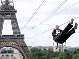 Trò chơi mạo hiểm đu dây từ trên tháp Eiffel xuống mặt đất