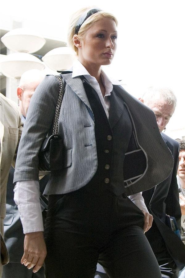 Tuyển tập thời trang hầu tòa của sao Hollywood: Cardi B chuẩn chỉnh, Lindsay Lohan như đi diễn thời trang-1