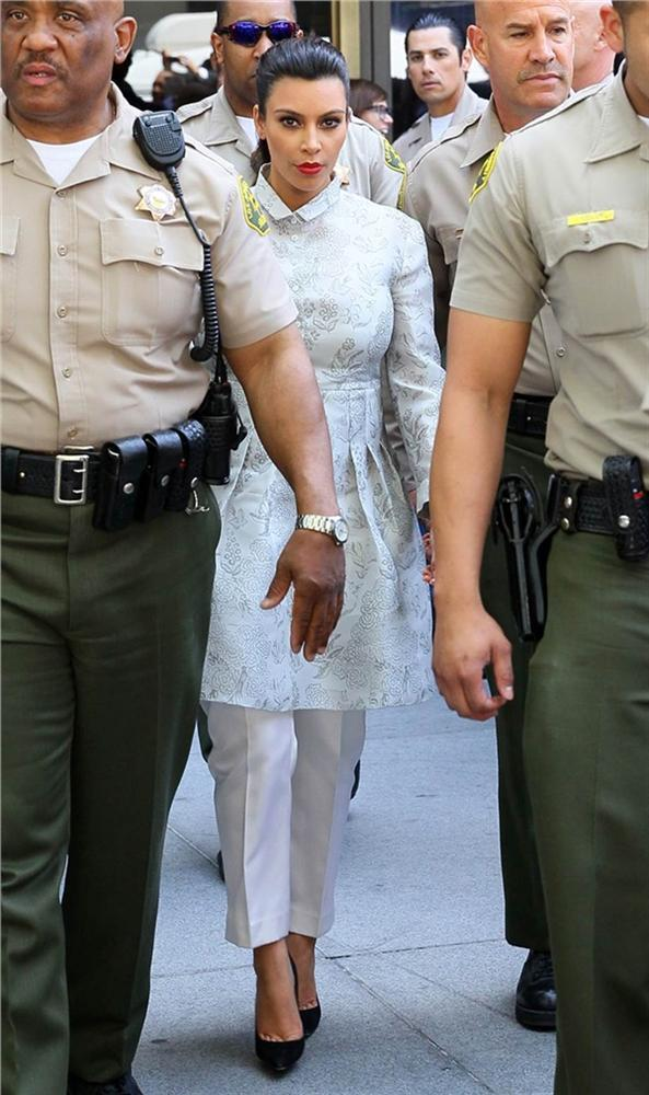 Tuyển tập thời trang hầu tòa của sao Hollywood: Cardi B chuẩn chỉnh, Lindsay Lohan như đi diễn thời trang-7