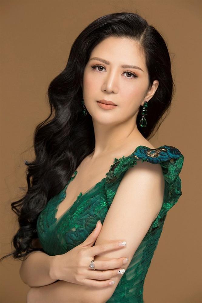 Gu thời trang gợi cảm và ngập tràn hàng hiệu của Đinh Hiền Anh - vợ thứ trưởng Bộ Tài chính vừa bị kỷ luật Đảng-3