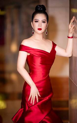 Gu thời trang gợi cảm và ngập tràn hàng hiệu của Đinh Hiền Anh - vợ thứ trưởng Bộ Tài chính vừa bị kỷ luật Đảng-8