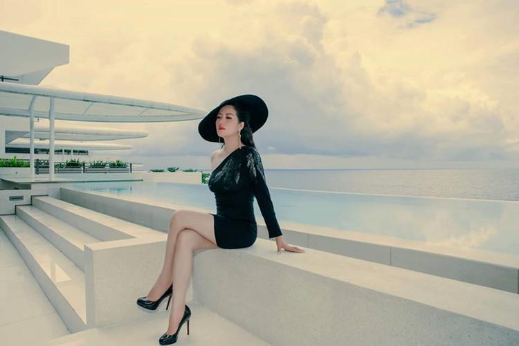 Gu thời trang gợi cảm và ngập tràn hàng hiệu của Đinh Hiền Anh - vợ thứ trưởng Bộ Tài chính vừa bị kỷ luật Đảng-9