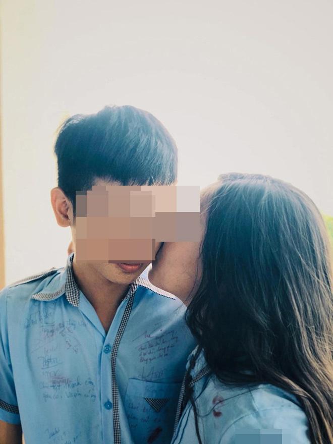 Chơi lớn hôn má từng nam sinh trong lớp thay lời tạm biệt, ảnh kỷ yếu của nữ sinh Gia Lai gây tranh cãi khắp MXH-3