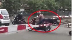 CLIP CHOÁNG VÁNG: Cô gái suýt BAY ĐẦU vì bạn trai cố vượt rào chắn barie đường ray