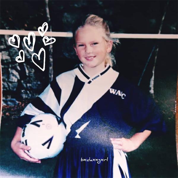 Taylor Swift tiết lộ ảnh thời bé mũm mĩm, mê đá bóng-1