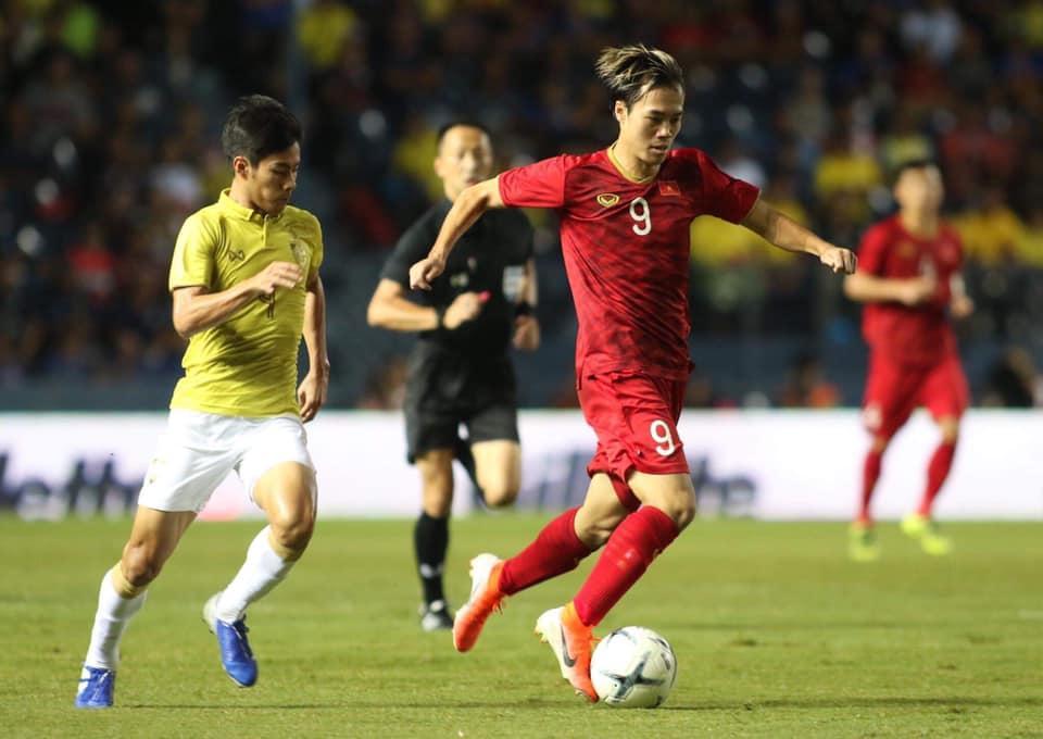 Vẫn là màn ăn mừng quen thuộc của đội tuyển Việt Nam cùng người hâm mộ, nhưng sao vẫn nghẹn ngào đến thế...-1