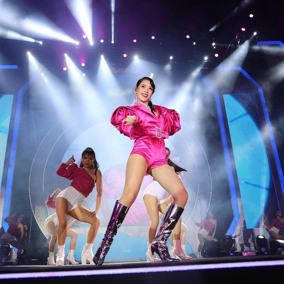 Chưa hết ngán ngẩm vì màn hát live như sắp xỉu của Chi Pu, fan lại chán hẳn với bộ đồ diễn như cô bé đô con-6