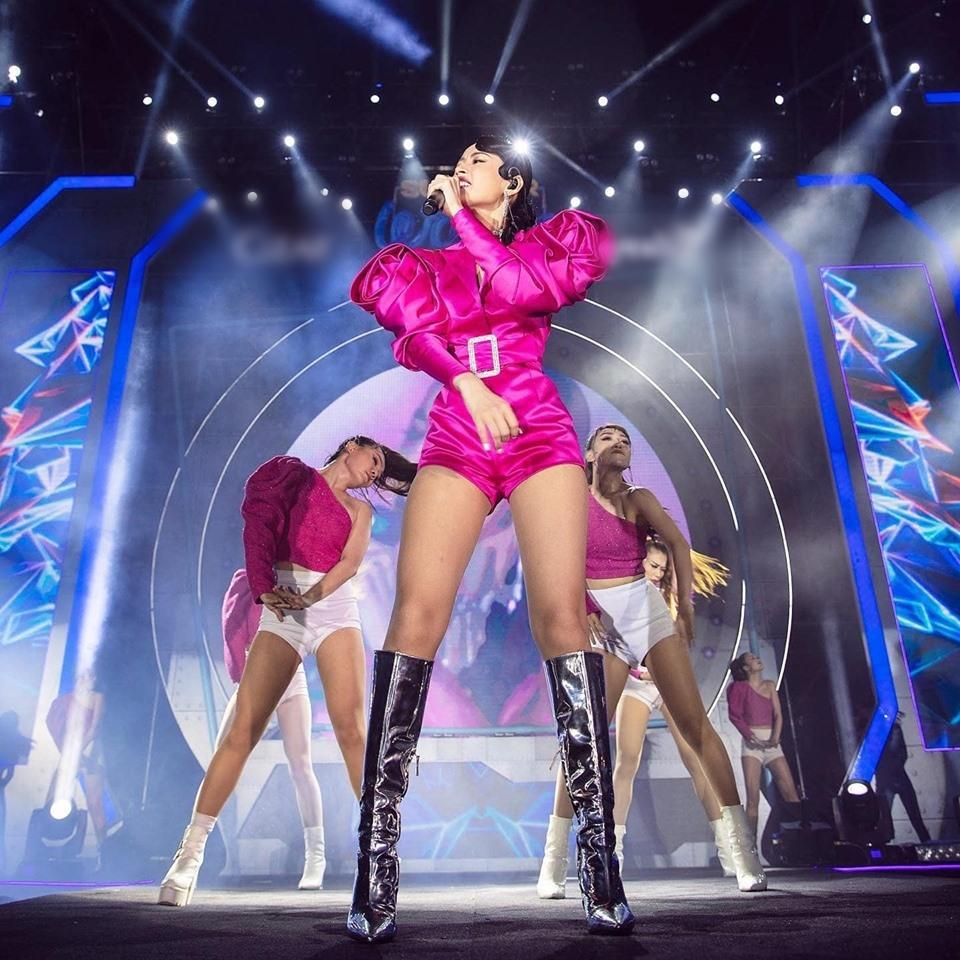 Chưa hết ngán ngẩm vì màn hát live như sắp xỉu của Chi Pu, fan lại chán hẳn với bộ đồ diễn như cô bé đô con-7