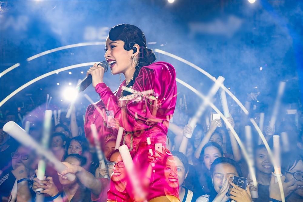 Chưa hết ngán ngẩm vì màn hát live như sắp xỉu của Chi Pu, fan lại chán hẳn với bộ đồ diễn như cô bé đô con-8
