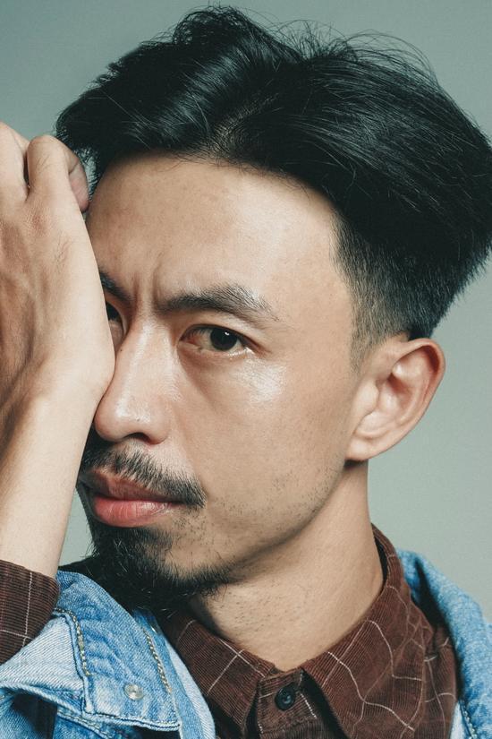 Rapper Đen Vâu bị chỉ trích vì hành động phản cảm ở sân bay: Người khen mặn mòi, kẻ chê biến thái-1