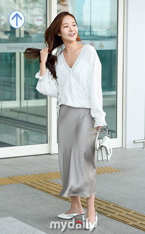 Mặc đồ lụa lại gặp gió lớn, Park Min Young gặp sự cố kém duyên tại sân bay-1