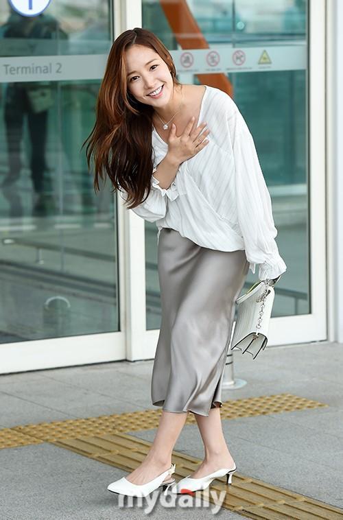 Mặc đồ lụa lại gặp gió lớn, Park Min Young gặp sự cố kém duyên tại sân bay-2