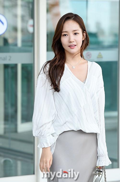 Mặc đồ lụa lại gặp gió lớn, Park Min Young gặp sự cố kém duyên tại sân bay-3