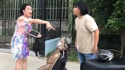 CƯỜI XỈU: Quang Trung dẻo mỏ la làng 'Chị hiểu hông' khi 'dắt nhầm' xe máy của người khác