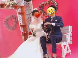 Cặp đôi mang gà đi chụp ảnh cưới, độc đẹp chưa thấy đâu, chỉ thấy chủ studio 'khóc thét' vì mùi lạ