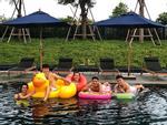 Văn Hậu bị bạn gái trêu chọc khi check-in đi bơi cùng đồng đội