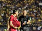 Ăn mừng vì thắng tuyển Thái nhưng khoảnh khắc Đỗ Hùng Dũng bị trọng tài 'đòi nhẹ' bóng mới đáng bật cười