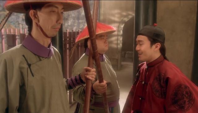 Diễn viên cao 1,9 m của Lộc Đỉnh Ký 1998 làm bảo vệ ở chợ-2