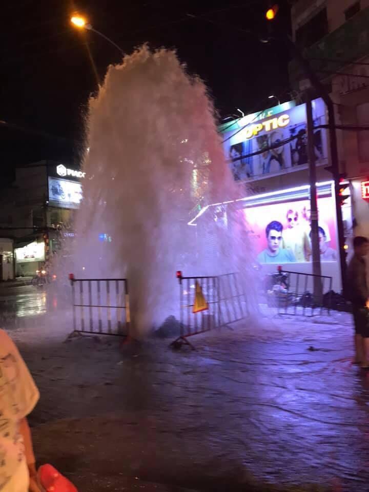 Clip: Hốt hoảng trước cột phun nước cao như 'vòi rồng' tại một ống cống trên đường phố Sài Gòn-3