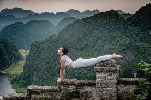 Thiếu nữ gây tranh cãi với những tư thế tập yoga cực khó trên địa hình hiểm trở ở khu du lịch Ninh Bình-1