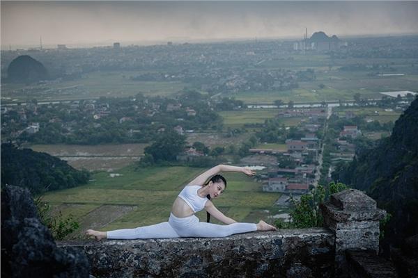 Thiếu nữ gây tranh cãi với những tư thế tập yoga cực khó trên địa hình hiểm trở ở khu du lịch Ninh Bình-2